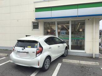 浦添市のコンビニに突っ込んだ乗用車=9日午前11時20分ごろ