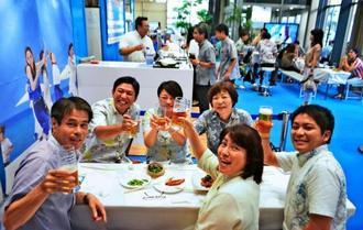 オリオンビール・「SOUTHERN BLUE BAR」で仕事帰りの一杯を楽しむ人たち=11日、那覇市久茂地・タイムスビル