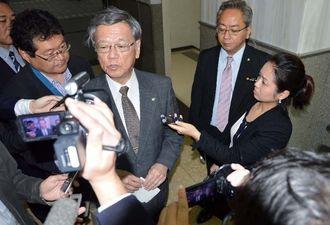 事件を受け、厳重に抗議する考えを示す翁長雄志知事=14日午前9時半ごろ、県庁