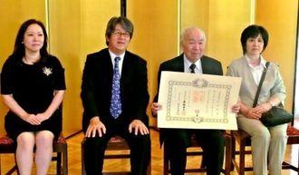 水上正史大使(左から2番目)夫妻と記念撮影する比嘉アントニオさん夫妻=在アルゼンチン日本大使公邸