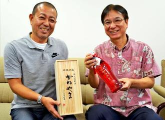 「限定秘蔵酒 かねやま25年貯蔵」をPRする山川酒造の山川代表(右)ら=20日、沖縄タイムス社