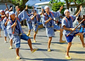 棒踊りを披露したスムリャーブナカ(長男)の男性たち=25日、宮古島市下地来間