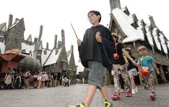 事前公開された、映画「ハリー・ポッター」の新エリアを巡る子どもたち=30日午後、大阪市のユニバーサル・スタジオ・ジャパン