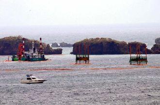 ボーリング調査用のスパット台船(右手の2基)とクレーン船=15日、名護市・大浦湾