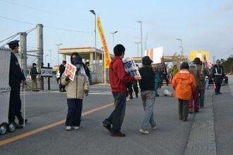 キャンプ・シュワブのゲート前で抗議行動をする市民ら=8日午前、名護市