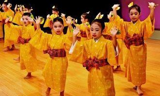 元気よく「安里屋ユンタ」を踊る子どもたち=2日午後、那覇市・タイムスホール(金城健太撮影)