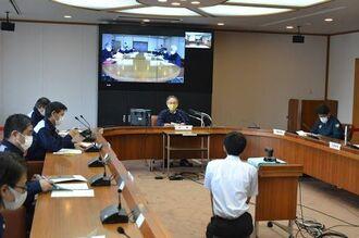 台風9号に関する第2回対策本部会議に臨む玉城デニー知事(中央)ら=2日、県庁