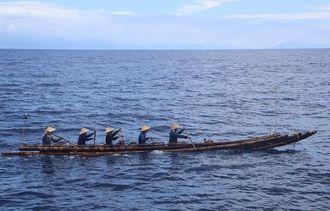 テスト航海で緑島を目指す竹のいかだ=11日、台湾台東沖(国立科学博物館「3万年前の航海徹底再現プロジェクト」提供)