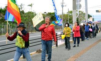 立ち上がって「県民投票を実現させよう」と訴える参加者=2日、宜野湾市役所前