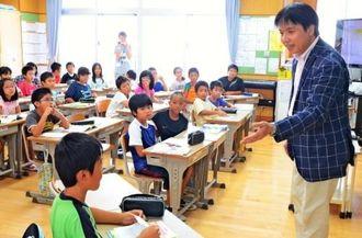 寺本潔教授の授業を受ける、中城南小学校4年1組の児童=中城村南上原・同小学校