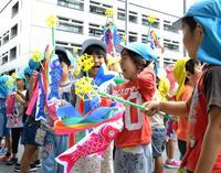 子どもの成長願い 沖縄県庁でこいのぼり掲揚式