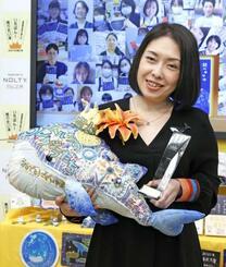 「2021年本屋大賞」を受賞し、笑顔を見せる町田そのこさん=14日午後、東京都千代田区