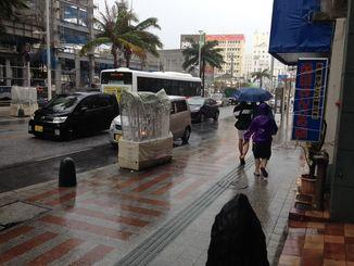 台風25号が接近中の沖縄・国際通り=4日