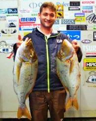 泡瀬海岸で69・6センチ、3・74キロと60センチ、2・94キロのタマンを釣った原琢哉さん=1日