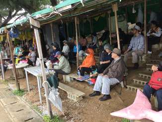 新基地建設に反対し、テントで座り込む市民ら=12日午前11時15分、名護市辺野古