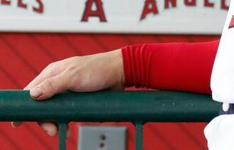 28日の試合中にファウルボールを受けていたエンゼルス・大谷の右手親指。次回登板がずれ込むと球団が公表した=30日、アナハイム(共同)