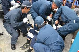 県警の機動隊に4人がかりで、排除される市民ら=26日、名護市辺野古キャンプ・シュワブゲート前