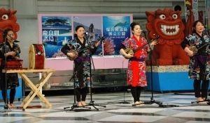 サンゴの日に合わせたイベントで三線を披露する出演者=5日、東京・池袋、サンシャインシティ