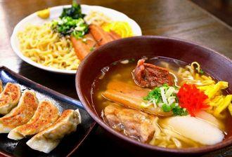 一番人気の「東江そば」(右)。手作りギョーザと冷やし中華そばも人気