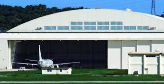 嘉手納基地の沖縄市側に新たに造られた米海軍の格納庫に入るP8対潜哨戒機=15日午後4時14分、嘉手納基地(読者提供)