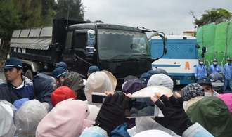 機動隊が市民らを排除した後、米軍キャンプ・シュワブに入る工事関係車両=23日午前9時53分、名護市辺野古