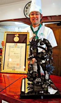 チョコで2匹のサソリ 九州洋菓子大会で最優秀賞 プチ・スウィートの屋宜丈斗さん