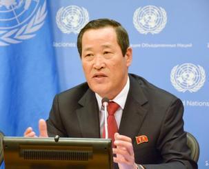 21日、米ニューヨークの国連本部で記者会見する北朝鮮の金星国連大使(共同)