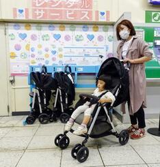 JR新宿駅の改札内に設置された、レンタルベビーカーのスタンド=22日午前