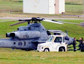 嘉手納基地に着陸した、読谷村に不時着した普天間飛行場所属のAH1Z攻撃ヘリ=25日午後5時26分(読者提供)