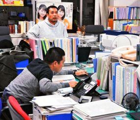 北朝鮮のミサイル発射通告期間が前倒しされ、沖縄県庁で対応に追われる職員=6日夜