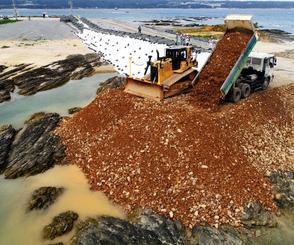 土砂投入が始まった辺野古埋め立て海域