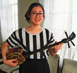 「琉球伝統文化の担い手になりたい」と抱負を語る小野エイミーさん=ロサンゼルス郊外ガーデナの三線教室