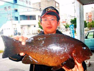 那覇一文字で43・5センチ1・65キロのオキナメジナを釣った小川佳介さん=11月26日