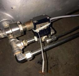 緊急時に燃料の流れを遮断するタンクの安全装置に結束バンドが巻かれ、無効化されていた=普天間飛行場内(提供)
