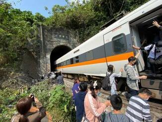 2日、台湾・花蓮で脱線した列車から避難する乗客ら(中央通信社=共同)