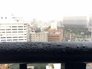 那覇市内は雨が降り続いている=13日午後