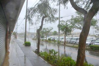 暴風が強まり、車の往来も少ない石垣市内=28日午前8時半、石垣市石垣