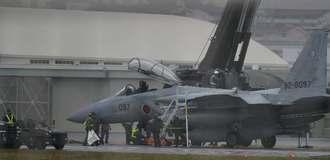 那覇空港滑走路でトラブルを起こした自衛隊機=30日午後2時37分
