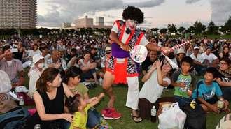 会場を歩き回り、観客を沸かせた南城市当間青年会のチョンダラー(中央)=27日、北谷公園陸上競技場(渡辺奈々撮影)