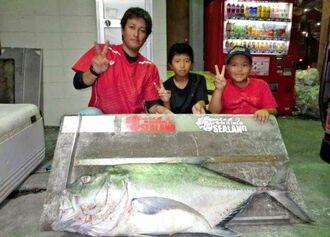 知念海岸で120センチ、18キロのガーラを釣った又吉真太郎さん(左)=16日