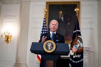 2日、米ホワイトハウスで話すバイデン大統領(ゲッティ=共同)
