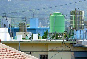 家屋屋上への設置が定着した貯水タンク。定期的な清掃が必要とされる=16日、南城市