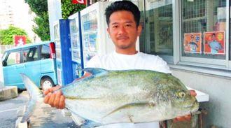 慶良間諸島で72センチ、4・96キロのカスミアジを釣った又吉俊晴さん=8月21日