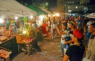 島素材を生かした料理や飲み物を求め、多くの人でにぎわったマーケット=石垣市美崎町