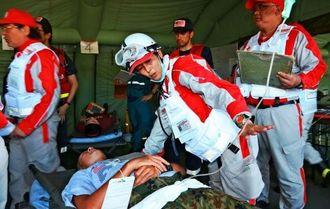 けがの状況に応じてトリアージした患者を治療する参加者=陸上自衛隊那覇駐屯地
