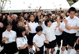 慰霊祭では平和を願いチョウのオオゴマダラが放たれた=22日午前、那覇市若狭・小桜の塔