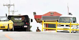米軍普天間飛行場の大山ゲートから出入りする車両=8日午後5時7分、宜野湾市