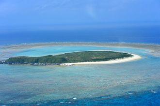 渡名喜島の西方4キロ沖にある入砂島。無人島で、島全体が米軍の射爆撃場となっている