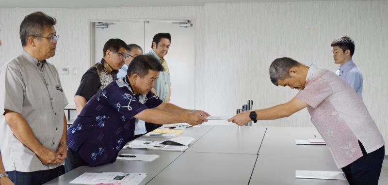 サミット 汚職 沖縄 外務 省
