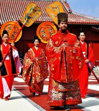 国王と王妃が「出御」漂う威厳 首里城祭開幕